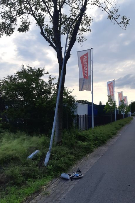 Automobilist rijdt 's nachts lantaarnpaal uit de grond  in Lemelerveld: politie wil een gesprek