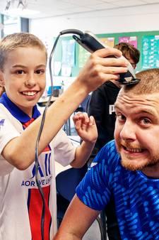 Chris (11) schoor eerst zijn eigen haar en nu dat van meester Mauro af voor goede doel: 'Het is zo droog!'