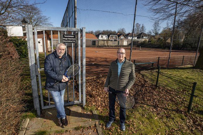 Met de overige leden van De Meppers kunnen Marcel Willemsen (links) en Rien ter Ellen voorlopig gebruik blijven maken van de twee tennisbanen aan de Hoge Haerlaan.