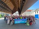 Meer dan honderd manifestanten onder de stadshal zondagnamiddag.