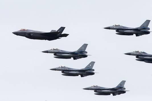 Een Joint Strike Fighter vliegt samen met F-16's tijdens de Luchtmachtdagen.