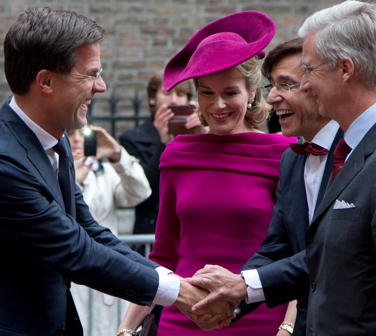 Dutch Prime Minister Mark Rutte, left, greets Belgium's Prime Minister Elio di Rupo, second right, Belgium's King Filip, right, and Queen Mathilde in The Hague, Netherlands Friday, Nov. 8, 2013. (AP Photo/Peter Dejong) Beeld null