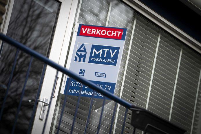 Een verkocht-bord aan een woning, foto ter illustratie.