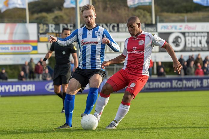 Jan Willem Kamp van Quick Boys (links) in duel met Gillian Justiana van IJsselmeervogels