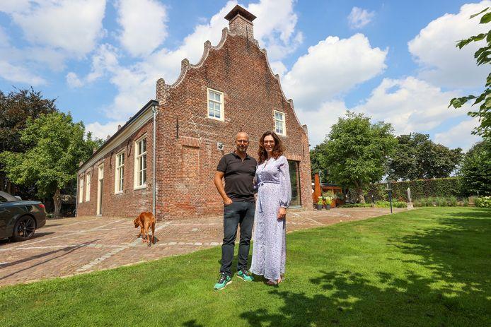 Michaël en Diana Smeeman voor het Trapjeshuis in Veldhoven.