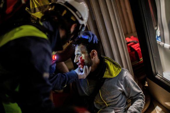 Een demonstrant wordt verzorgd.