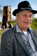 Stadsgids Jos Korthout  met achter hem de toren van Woudrichem.