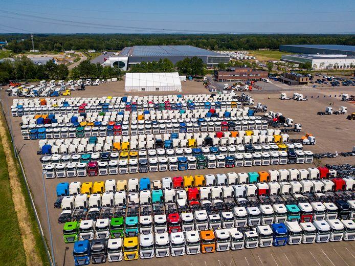 Op het parkeerterrein van De Rooy Transport in Son staan bijna 2.000 DAF-vrachtwagens geparkeerd, in afwachting van chips voor de versnellingsbak.