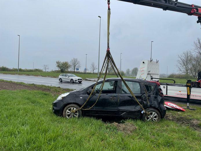 Een takelfirma takelde de Nissan Note van de akker naast de afrit van de snelweg in Kortrijk-Oost.