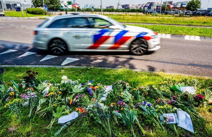 Bloemen op de Waalhavenweg in Rotterdam, waar motoragent Arno begin juli omkwam.