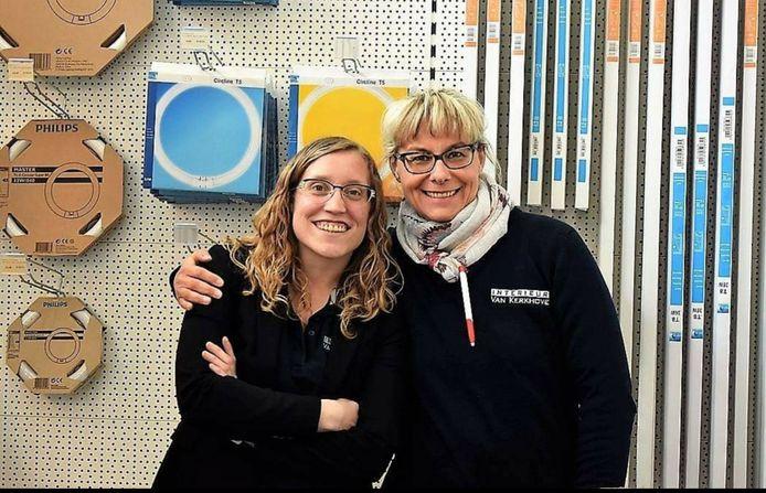 Kimberly Van Kerkhove en medewerkster Martine in de afdeling verlichting.