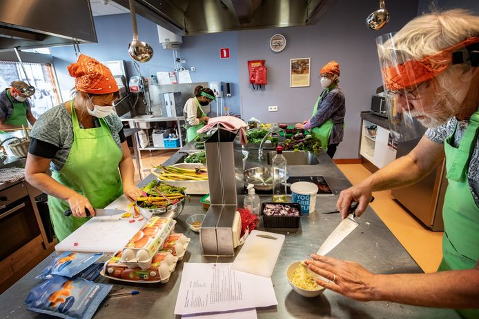 Vrijwilligers koken in 't Hert.