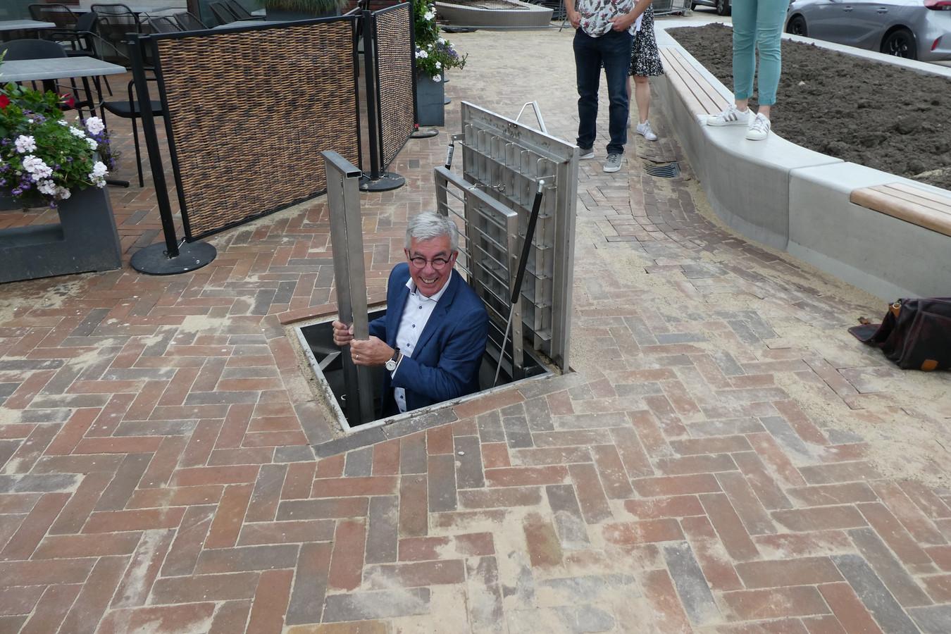 Ed Mathijssen daalt af in de regelkelder van de fontein.