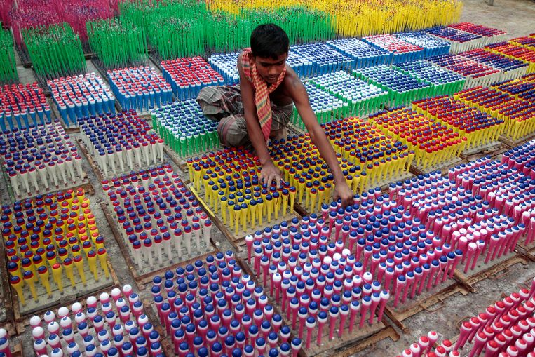 Een kind in een ballonnenfabriek in Dhaka, Bangladesh. Beeld AP