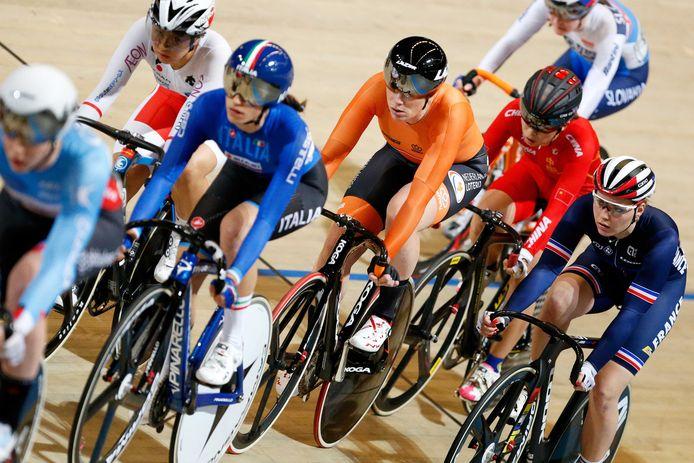 Kirsten Wild in actie op de Omnium vrouwen tijdens de wereldkampioenschappen baanwielrennen in Apeldoorn.