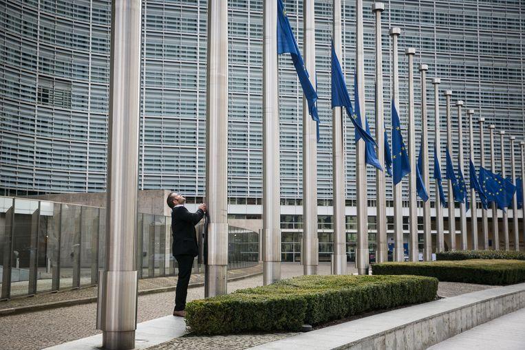 De vlaggen aan het Brusselse Berlaymontgebouw, hoofdzetel van de Europese Commissie, worden halfstok gehangen. Beeld Bas Bogaerts