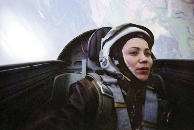 Marina Popovitsj voert een 'barrel roll' uit tijdens haar hoogdagen als gevechtspilote. © BELGAIMAGE Beeld Belgaimage