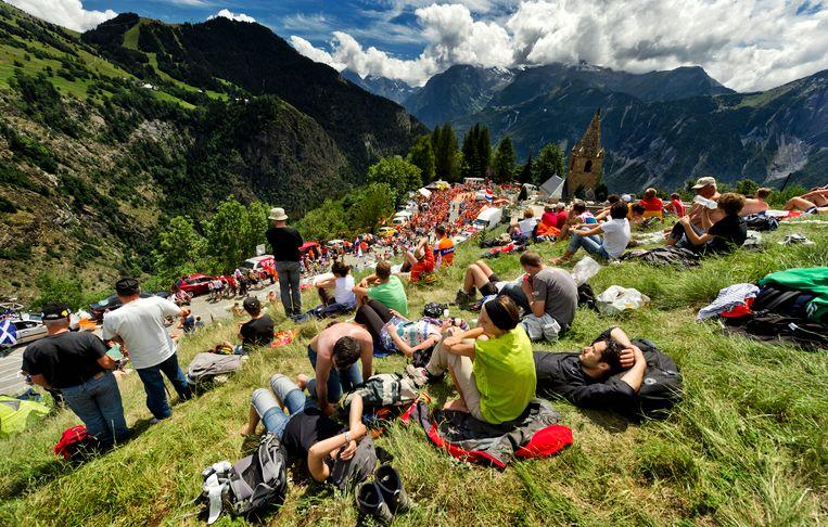 Nederlandse supporters op de Alpe d'Huez in 2011. Beeld null