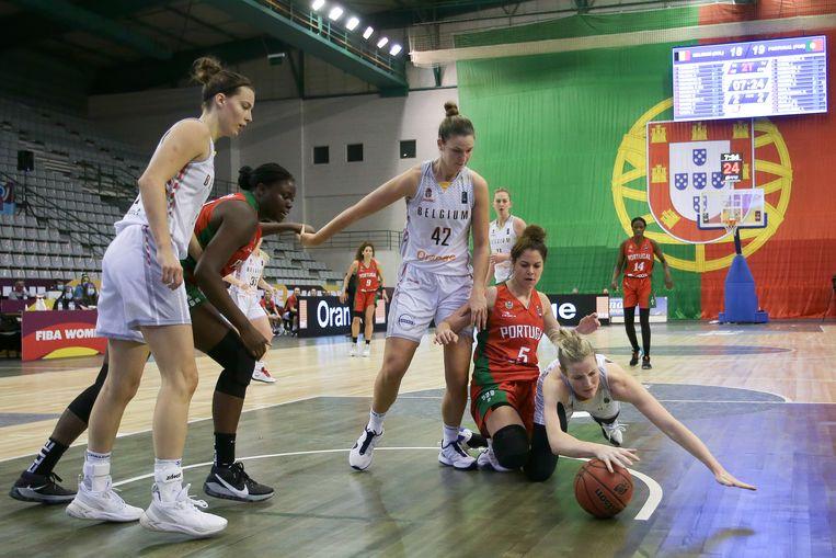 Kim Mestdagh duikt naar de bal tijdens een EK-kwalificatiematch in Portugal. Beeld EPA