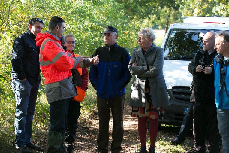 De ouders van de vermiste Elke Wevers (midden) luisteren naar de bevindingen van het reddingsteam Argos.