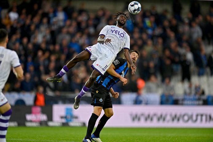 Issa Soumaré toont zijn sprongkracht tijdens de wedstrijd op Club Brugge.