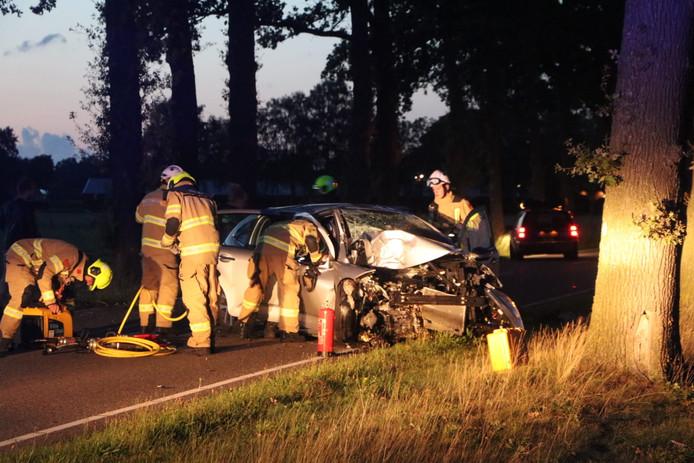De brandweer bij het autowrak na het ongeluk bij Wekerom.