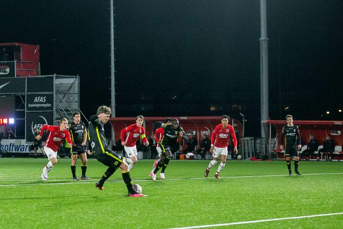 Jeroen Veldmate legt vanaf de stip aan voor de 0-1.