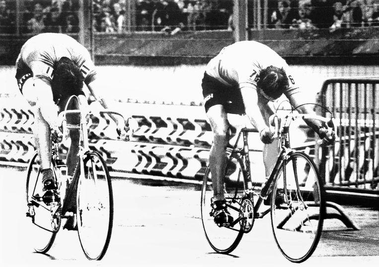 Gerrie Knetemann (r) wint met een banddikte voorsprong de sprint van de Italiaanse titelverdediger Francesco Moser.  Beeld Hollandse Hoogte / ANP