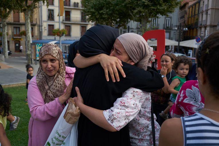 Moslima's in Ripoll rouwen om de Marokkaanse jongeren die omkwamen bij de aanslag in Barcelona. Beeld Samuel Aranda/de Volkskrant