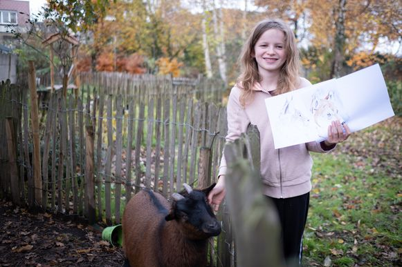 Winter Vanvlasselaere bij haar huisdieren, met een tekening van de kalender.