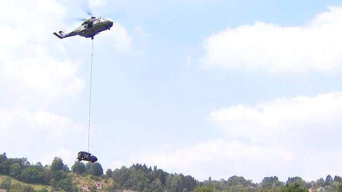"""Leger zet helikopter in om auto's op te ruimen na overstromingen: """"Werken gaan nog paar weken duren"""""""