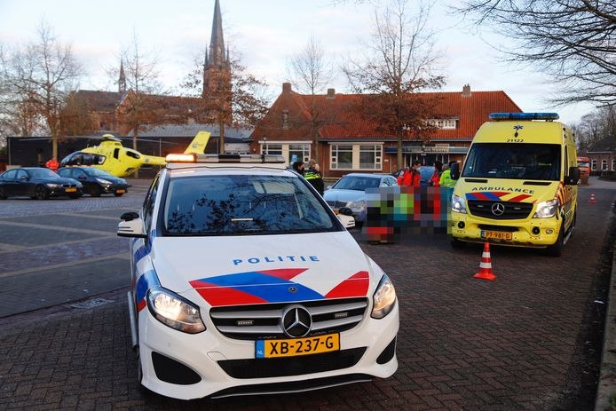 Hulpverlening na het ongeluk aan de  Hoevensestraat in Wanroij.