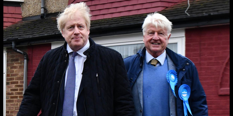 Boris Johnson met zijn vader Stanley tijdens de verkiezingscampagne in november 2019 Beeld ANP