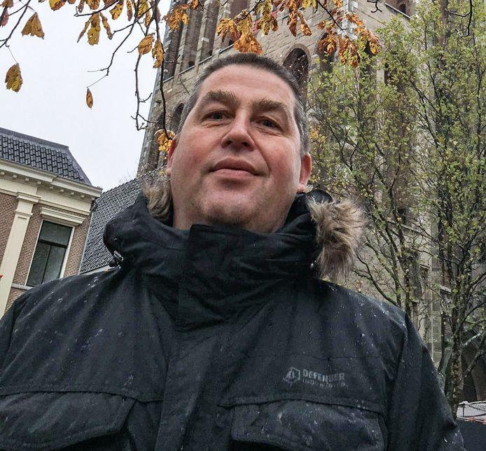 Dennis Sluijk voor de Domtoren in Utrecht. De voetbalcoach overleed vorige week vrijdag.