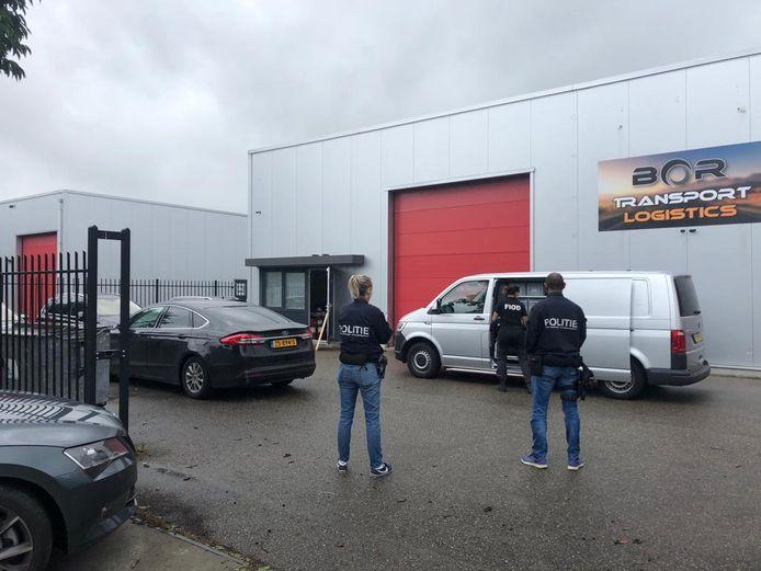 Bij het transportbedrijf werd een illegale sigarettenfabriek gevonden.