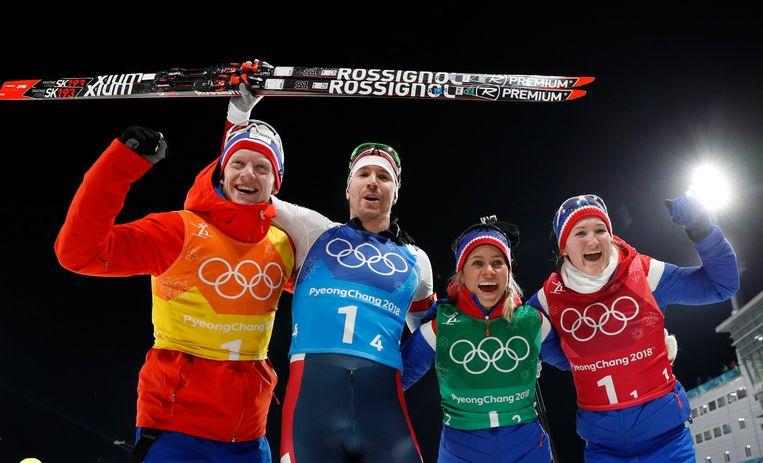 (v.l.n.r.) Biatleten Johannes Thingnes, Emil Hegle Svendsen, Tiril Eckhoff en Marte Olsbu vieren de 29ste medaille voor Noorwegen. Ze pakten zilver op de aflossing. Beeld REUTERS