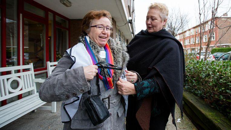 Corrie van Brenk (R), nummer 4 op de kieslijst van 50Plus, bij zorginstelling WZH in Den Haag. Beeld anp