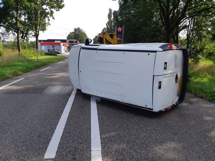 Na een botsing ligt een auto op z'n kant nabij het Texaco-tankstation op de N18 bij Lichtenvoorde.