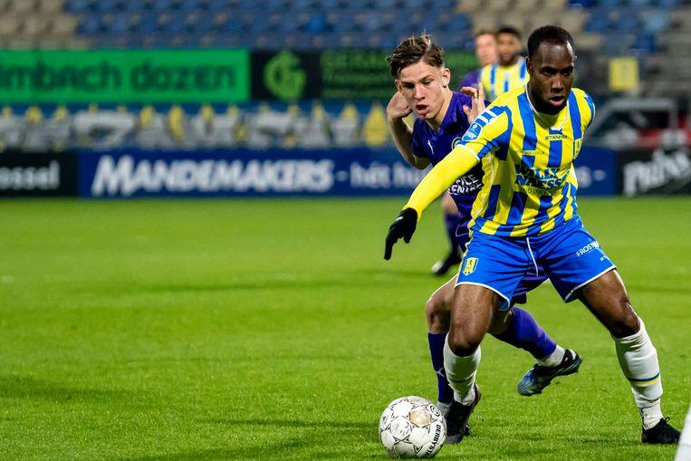 Vurnon Anita zaterdagavond in duel met Suslov van FC Groningen. RKC won met 3-1.  Beeld Pro Shots / Marcel van Dorst