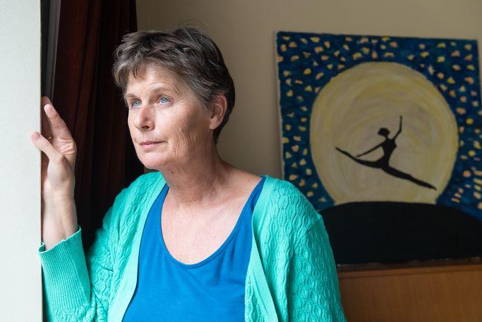 Elsbeth Kuysters met op de achtergrond het schilderij dat haar dochter maakte en ook op de cover van het boek staat.