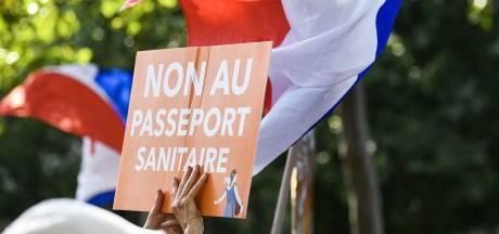 Les députés français adoptent le pass sanitaire anti-Covid controversé