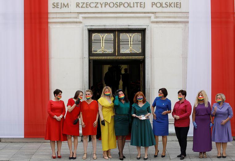 Poolse parlementsleden dragen de kleuren die de LGBT-gemeenschap vertegenwoordigen.  Beeld REUTERS