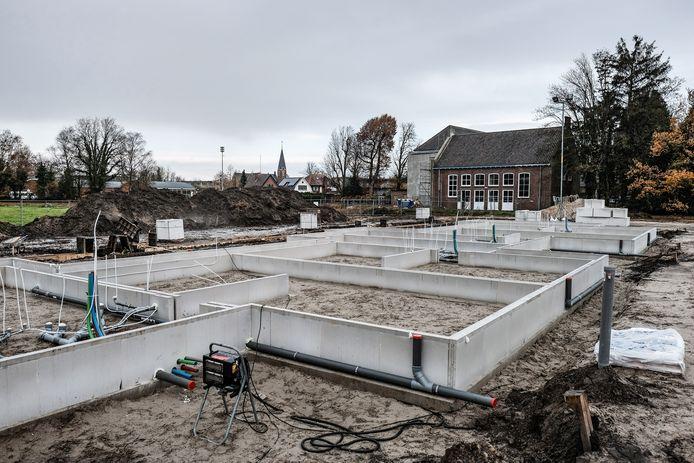 Op het sportterrein van de voormalig school de Driemark in Winterswijk worden energieneutrale woningen gebouwd, plus (nog niet te zien) overdekte parkeerplaatsen met zonnepannelen.