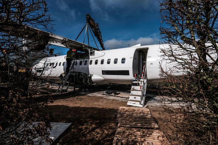 Het vliegtuig op camping Dromenland in Braamt is bijna gebruiksklaar.