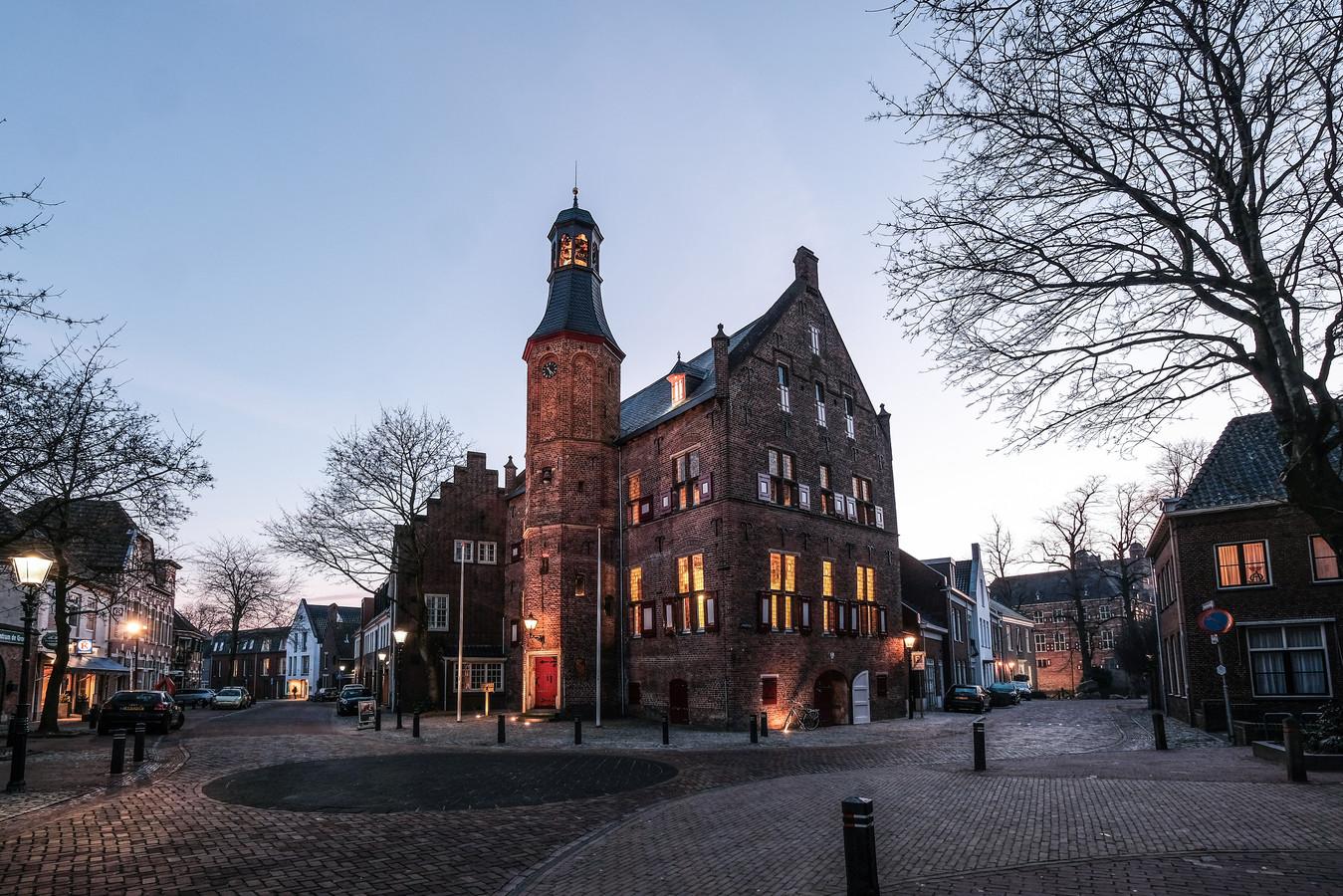 Ook de manier waarop de monumenten in Montferland in het licht worden gezet, zoals hier het 't Neije Raethuys in 's-Heerenberg, wordt kritisch bekeken.