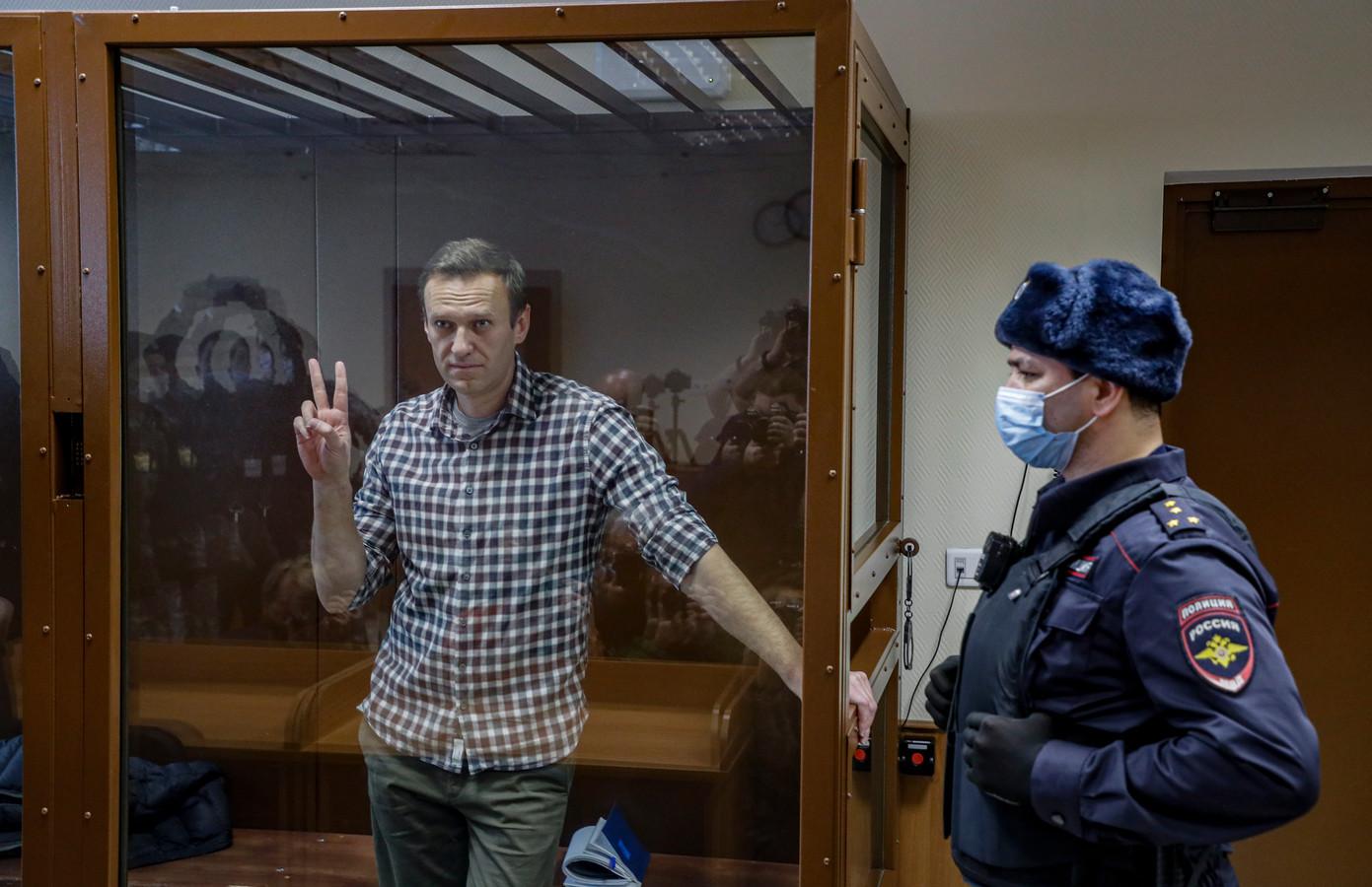 Alexej Navalny (links) eind februari in de rechtszaal.