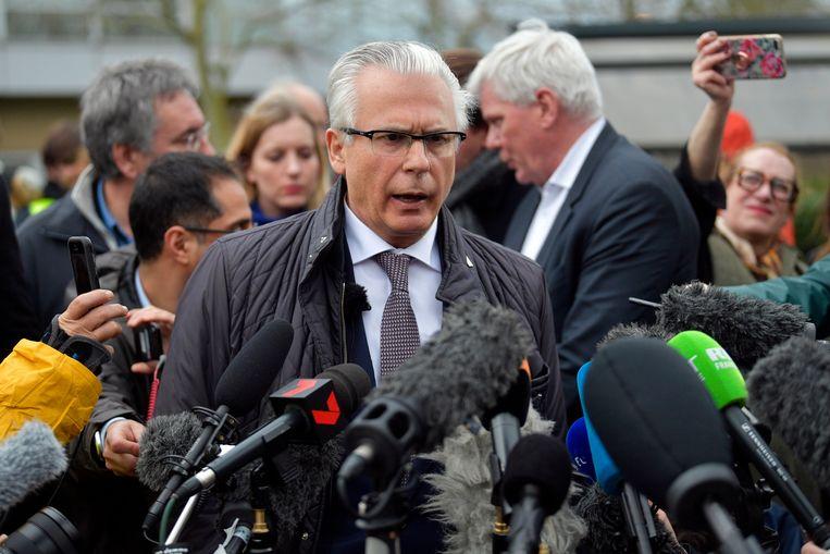 Baltasar Garzon, advocaat van Julian Assange, spreekt de pers toe. Beeld EPA