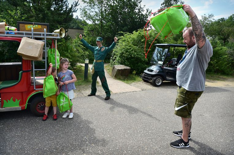 Orry (het theater van Center Parcs in Heijerbos) breng kinderen tasjes met daarin van alles om de week mee door te komen.  Beeld Marcel van den Bergh