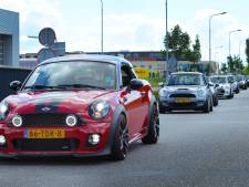 Bijna honderd Mini's touren samen door Zeeland: 'Het is echt een iconische auto'