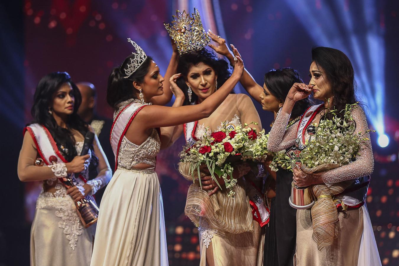 Mrs World Caroline Jurie verwijderde de kroon van het hoofd van de nieuwe Mrs Sri Lanka Pushpika de Silva.